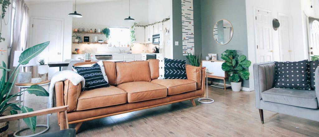 salon décoré chaleureux