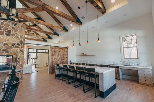 cuisine ouverte avec hauteur sous plafond et poutres en bois